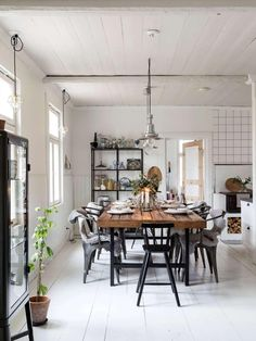 Splendid 'Hygge' dining space in a charming family home in the Finnish countryside – Photo Carina Olander / styling Anna truelsen. The post 'Hygge' dining space in a charming family home in the Finnish countrysid… appeared first on Lully . Rooms Ideas, Room Deco, Esstisch Design, Ideas Hogar, Dining Table Design, Scandinavian Home, Decoration Table, Kitchen Flooring, Oak Flooring