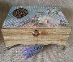Caixa de bijouteria toda trabalhada em provençal na lateral e tampa decorada, com pés e puxador diferenciado.
