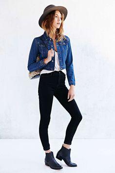 Jaqueta jeans, blusa branca, calça preta skinny, ankle boot, botinha sem salto