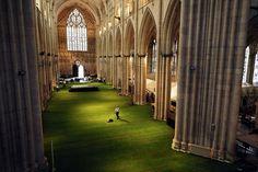 イギリス、ヨーク大聖堂の床に敷きつめられた天然芝