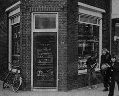 1960. J.P.Coenstraat 84. Kruidenierswinkel van J. Sonneveld. Vader van cabaretier Wim Sonneveld