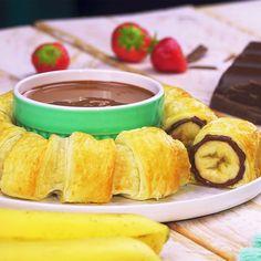 Banana and Nutella ring Chocolate Nutella, Banana Com Chocolate, Delicious Desserts, Dessert Recipes, Oreo Desserts, Chocolate Desserts, Puff Pastry Recipes, Food Cravings, Creative Food