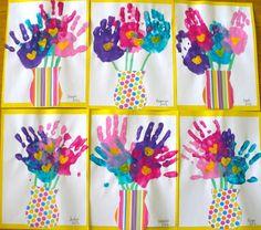 Sgargianti Vasi di Fiori Multicolore. Un Lavoretto da fare insieme ai Bambini, utilizzando le Impronte della loro Mano.
