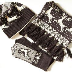 Этот потрясающий по мягкости и качеству комплект связан по заказу Елены на подарок любимому мужчине. Я считаю, что ему очень повезло с подарком и с женщиной! Состав: коричневый цвет - 100% альпака, молочный - 100% мериносовая шерсть (Италия). #frautag_knittingfamily #вязание #knitting #knitwear #вязаниеназаказ #deers #бахрома #hat #mittens #scarf #варежки #шарф #шапка #олени #вязаныйкомплект