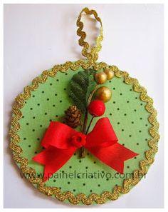 Veja como reciclar os CDs que você não usa mais e fazer uma linda decoração para o Natal! As ideias Cd Crafts, Felt Crafts, Diy And Crafts, Crafts For Kids, Christmas Cards 2018, Christmas Signs, Kids Christmas, Ceramic Christmas Decorations, Christmas Ornament Crafts