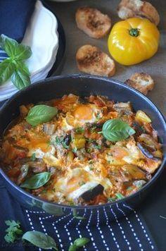 La saison des aubergines commence et c'est avec cette recette de Dorian qui a toujours tant de choses à nous raconter... mais avec toujours beaucoup d'humour et de gourmandise que j'ouvre la saison! Une chakchouka d'aubergine et tomate parfumée au basilic...