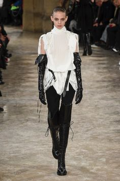 The complete Ann Demeulemeester Fall 2018 Ready-to-Wear fashion show now on Vogue Runway. Dark Fashion, Grunge Fashion, White Fashion, Unique Fashion, Autumn Fashion, Fashion Design, Ann Demeulemeester, Fashion Week, Runway Fashion