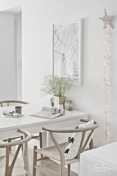 Decorate the dining-room with a minimal and modern map of Manhattan (New York). // Decorar el comedor con un moderno y minimalista mapa de Manhattan (Nueva York). Black And White Dining Room, Modern Dining Table, Wishbone Chair, Dining Room Chairs, Cozy House, Home Decor Inspiration, Modern Decor, Small Spaces, House Styles