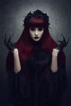 halloween schminke hexe rote haare naegel schwarz haende