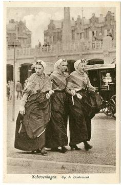 Boulevard ter hoogte van de Oranjegalerij, met drie vrouwen in Scheveningse dracht. ca 1930 Artur Klitzsch & Co., nr. 1154 #ZuidHolland #Scheveningen