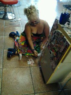 Yo forando la meza con revistas en el salon de belleza aqui en Lilys salon florida