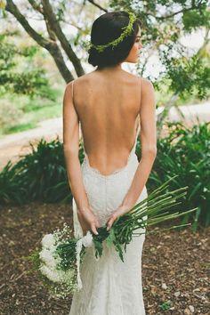 Robe avec dos nu et couronne des fleurs                                                                                                                                                     Plus