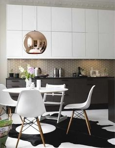 love the hanging light MIXING MATERIALS IN THE KITCHEN, YES OR NO?/ MEZCLAR MATERIALES EN LA COCINA, ¿SI O NO? Mirror Ball, Copper Mirror, Copper Glass, Glass Ball, Pendant Lamp, Tom Dixon, New Homes, Living Room, Chair