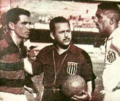Flamengo Retrô @flamengoretro  1 de ago O craque Evaristo e Hélvio (Santos) - 1955 - pelo Rio-SP um sacode: Flamengo 5x1 Santos