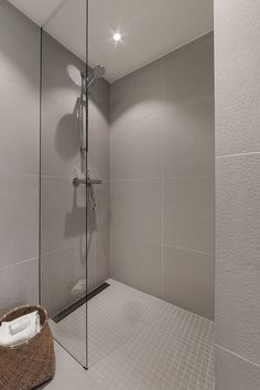 Porcelaingres Just Grey White Leilighet Oslo.Porcelaingres Just Grey White Bathroom Spa, Bathroom Renos, Grey Bathrooms, Small Bathroom, Home Spa, Modern Kitchen Design, Bathroom Interior Design, Bathroom Inspiration, Grey And White
