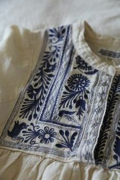 Folk Embroidery Ideas Blue embroidery on white Mexican Embroidery, Folk Embroidery, Embroidery Patterns, Machine Embroidery, Bordado Popular, Design Textile, Mein Style, Lesage, Moda Fashion