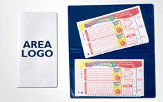 Porta biglietti personalizzabile con il proprio logo a 2 tasche, ideale per biglietti aerei. Materiale in pvc, disponibile in duplice colore, bianco e blu. Dimensioni prodotto: cm 12x22,5 ca (chiuso) Area di stampa: 6,5x3,5 cm.