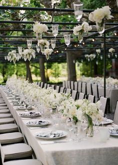 How pretty and elegant is this long banquet table?