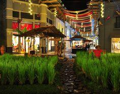 Paris Van Java Mall Bandung, terdapat aneka pilihan menu makanan, mulai dari makanan khas Nusantara, hingga makanan-makanan dari negeri tetangga seperti: Eropa, Barat, hingga Asia dapat Dolaners jumpai.[Photo by lohkk.blogspot.co.id/]