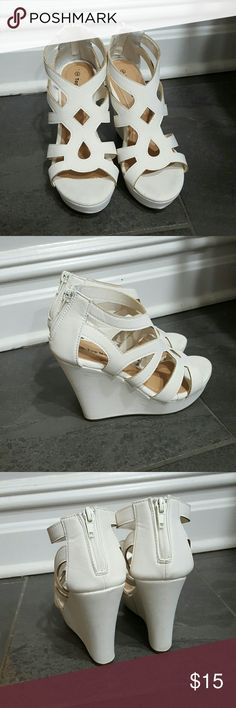 White summer sandal Worn once.  Very good condition Shoes Sandals