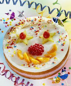 Clowntorte mit Früchten und bunten Zuckerperlen für Kinder | Zeit: 1 Std. 15 Min. | http://eatsmarter.de/rezepte/clowntorte-mit-fruechten-und-bunten-zuckerperlen-fuer-kinder