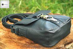 Geanta din piele naturala 1 -bleumarin -captuseala textil -bareta piele  -accesorii metalice argintii -buzunar interior -inchidere tip carabina metalica argintie -dimensiuni l=16cm h=19cm g=8cm  PRET: 135 lei