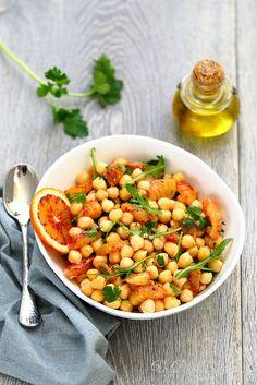 J'adore cette salade de pois chiches à l'orange, aux saveurs, parfums et textures qui appellent directement le ciel bleu et limpide d'hiver en Méditerranée./undejeunerdesoleil