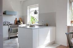 kitchen: white, marble, blue | Bolaget Fastighetsförmedling