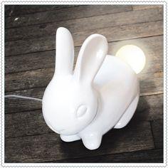 Cette veilleuse ravira aussi bien les grands et les petits enfants. Cette lampe en forme de lapin vous éclairera de sa lumière toute douce.Branchement USBLampe LED fournieDimensions : 20 x 11 x 17 cm Poids : 676 g
