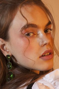 Eva Hooft Carton Magazine Fiona Torre Robe et chemise H & M, boucle d'oreille Atelier Swarovski x Rosie Assoulin