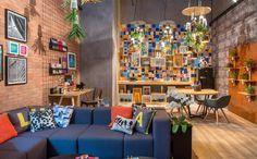 Imagine integrar três ambientes em um só demarcados pelas diferenças entre as paredes? Aqui neste espaço, convivem home office, sala e cozinha. Projeto: Tiana Miggiolar e Bia Mayr (créditos: Casa Cor Rio de Janeiro/Divulgação)