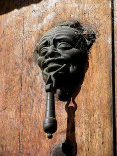 Aldaba colonial de una puerta en Antigua Guatemala.