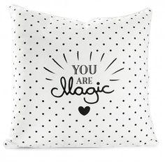 """Einfach mal die Augen schließen und sich entspannen. Mit diesem schönen Kissen von Miss Étoile geht das ganz leicht. Der schwarz-weiße Print """"You are Magic"""" sorgt für tolle Akzente im Kinderzimmer oder auf dem kuscheligen Sofa. Eignet sich auch wunderbar als Geschenk!"""