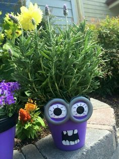 This post contains the scariest and the spookiest Halloween planters. These planters are affordable and easy to make. Flower Pot People, Clay Pot People, Flower Pot Art, Flower Pot Crafts, Clay Pot Projects, Clay Pot Crafts, Shell Crafts, Painted Clay Pots, Painted Flower Pots