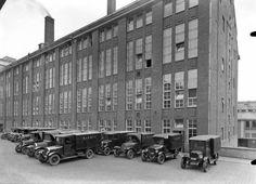 Kuorma-autorivistö odotti leipien paistumista Elannon leipomon edessä 1930.