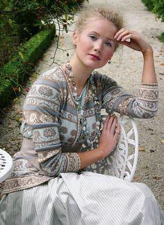 Oleana und Solveig Hisdal – Tichiro – knits and cats Punto Fair Isle, Motif Fair Isle, Fair Isle Pattern, Norwegian Knitting, Fair Isle Knitting, Sweater Making, Knitting Designs, Knit Cardigan, Cardigan Sweaters