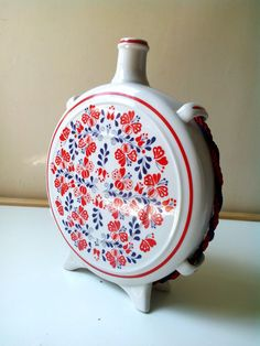 A vintage Hungarian Hollóházi pocelán porcelain flask, bottle for palinka or… Hungarian Embroidery, Modern Embroidery, Hand Embroidery Designs, Embroidery Patterns, Porcelain Ceramics, Chain Stitch, Craft Patterns, Flask, Folk Art