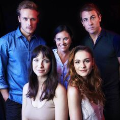 """ilovesamheughan: """" """"Beautiful pic of the cast of Outlander and the creator Diana gaboldon (at Richland Center,. Claire Fraser, Jamie And Claire, Jamie Fraser, Sam Heughan Caitriona Balfe, Sam Heughan Outlander, Outlander Casting, Outlander Series, Tobias Menzies, Laura Donnelly"""