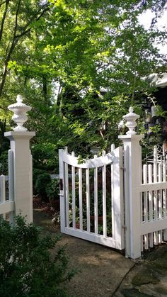 A crucial to this is to understand the numerous creative alternatives you have. With this in mind below are 10 lovely front yard landscaping ideas Modern Front Yard, Front Yard Fence, Front Yard Landscaping, Landscaping Ideas, Front Yards, Garden Gates And Fencing, Fence Gate, Garden Entrance, Entrance Gates