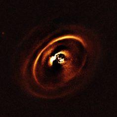 """Tre articoli accettati per la pubblicazione sulla rivista """"Astronomy and Astrophysics"""" descrivono altrettante ricerche su sistemi stellari in fase di formazione. Le ricerche sono state condotte da diversi team di astronomi ma hanno in comune l'utilizzo dello strumento SPHERE montato sul VLT (Very Large Telescope) dell'ESO, che ha permesso di rilevare dettagli mai visti prima dei dischi protoplanetari attorno alle giovani stelle RX J1615, HD 97048 e HD 135344B. Leggi i dettagli nell'articolo!"""