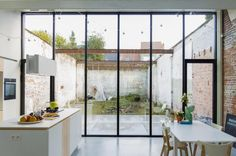 be/projecten/stadswoning-met-industriele-erfenis - Va Loan Patio Interior, Interior And Exterior, Home Renovation Loan, Narrow House, Home Improvement Loans, House Extensions, My Dream Home, Home Deco, Interior Architecture