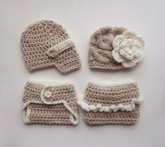 Photoprop Set for Twins is made out of baby acrylic yarn in oatmeal beige and cream colors . The set includes one newsboy hat , one beanie and two
