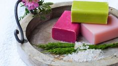 For those who are seriously into soap making, the concept of soap molds is an interesting one. What you need to understand is that when it comes to soap molds, there are so many options that are present. Needless to say, with soap mak Homemade Hand Soap, Homemade Soap Recipes, Milk Recipes, Soap Tutorial, Jojoba, Goat Milk Soap, Shampoo Bar, Solid Shampoo, Soap Molds
