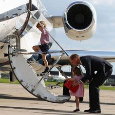 The Duke of Cambridge, Prince George and Princess Charlotte board their plane in Hamburg Finkenwerder, Germany, July 21, 2017 Credit 📷 Christian Charisius/POOL #princegeorge#princesscharlotte#princewilliam#dukeofcambridge#duchessofcambridge#cambridgefamily#royalchildren#beautiful#photograph#daddyslittlegirl#princesscharlotteofcambridge#familyphoto#germany#georgiecharlotte_2017