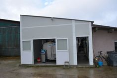 Milk parlour extension with prefabricated building milk tank