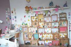 Vous êtes nombreux et nombreuses à me demander via Instagram et mails, un peu plus de détails sur les maisons dans la chambre de Lily-Ang...
