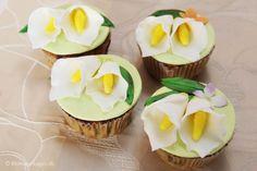 Cup Cakes med chokoladestykker og pynt med kallaliljer og hortensia i fondant.  http://blomsterkager.dk/2014/07/cup-cakes-med-kalla-liljer/