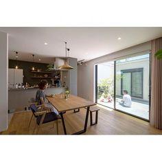女性で、4LDKのアクタス/癒し/ポーターズペイント/平田タイル/中庭のある家/シンプルライフ…などについてのインテリア実例を紹介。(この写真は 2017-01-07 03:55:15 に共有されました) Muji Home, Muji Style, Living Room Arrangements, House 2, Apartment Design, Coffee Shop, Dining Room, House Design, Interior Design