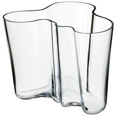 iittala Aalto Clear Vase - For 70 years, the Savoy vase, designed by Finnish architect and furniture designer Alvar Aalto, has been one of the most famous pieces of glass in history. In Aalto anonymously entered his vase d. Alvar Aalto Vase, Vase Vert, Cristal Art, Charles Ray Eames, Vase Transparent, Design Vase, Clear Vases, Large Vases, Vintage Design