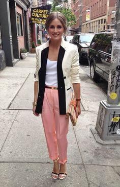 f54f8277bc933 A Olivia Palermo arrasaaaa! Que calça de corte impecável! E nada mais chic  que um blazer alongado!